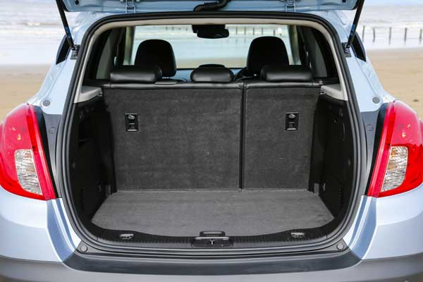 With up to 1,372 litres of loading space, the Mokka offers plenty of versatile features