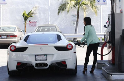 Kim Kardashian filling her Ferrari 458 Italia